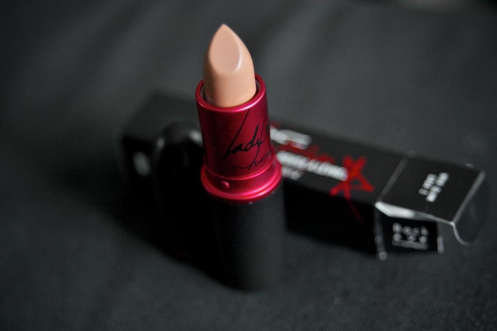 tips memakai lipstik nude