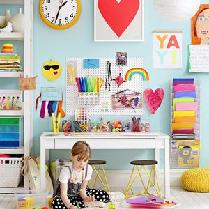 anak membersihkan kamar
