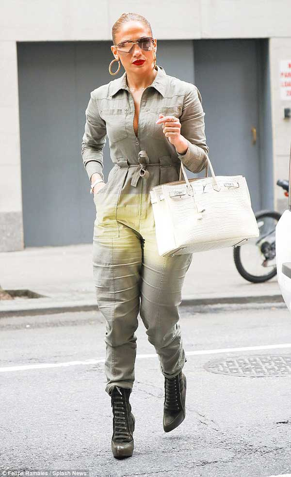 Gaya Kasual Jennifer Lopez