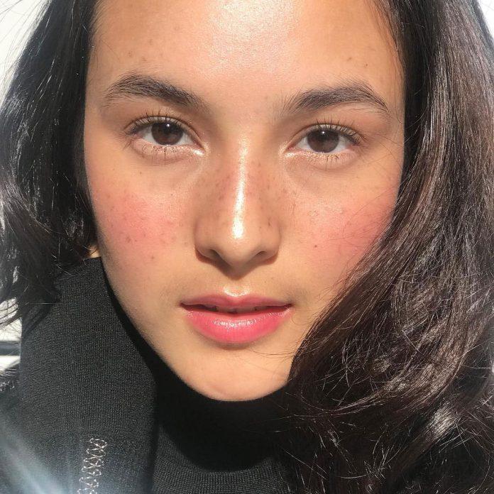 Chelsea islan freckles makeup