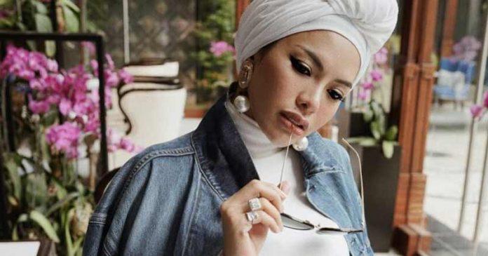 Foto Nikita Mirzani lepas hijab