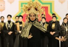 tenun-dan-songket-di-new-york fashion week ann mariana