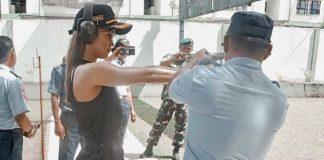 Cinta Laura latihan tembak