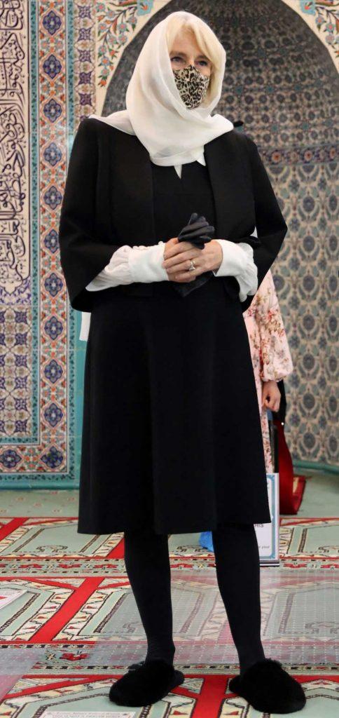 camilla-duches-of-cornwall-istri-pangeran-charles-hijab-berkerudung-di-masjid