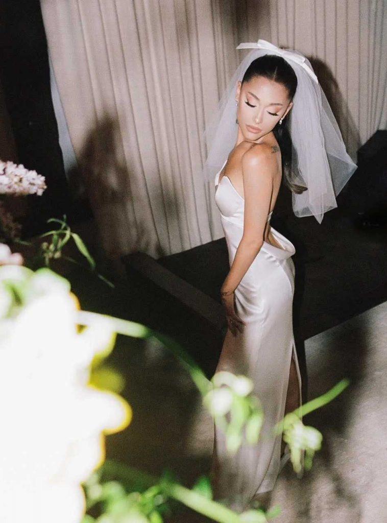 gaun pernikahan ariana grande dan dalton gomez