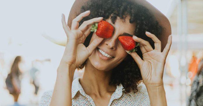 strawberry-untuk-menghilangkan-kantung-mata-tips-cara