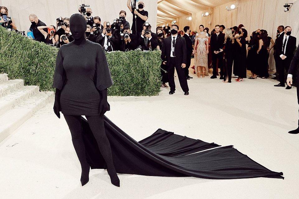 gaya penampilan kim kardashian di met gala 2021