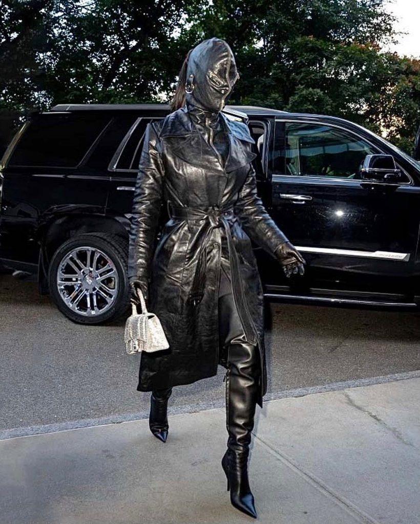 kim kardashian ropeng baju hitam